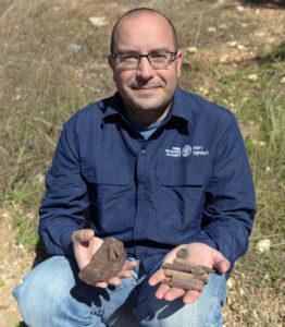 אסף פרץ עם חלק מהממצא הצבאי שהתגלה באתר. צילום קלרה עמית
