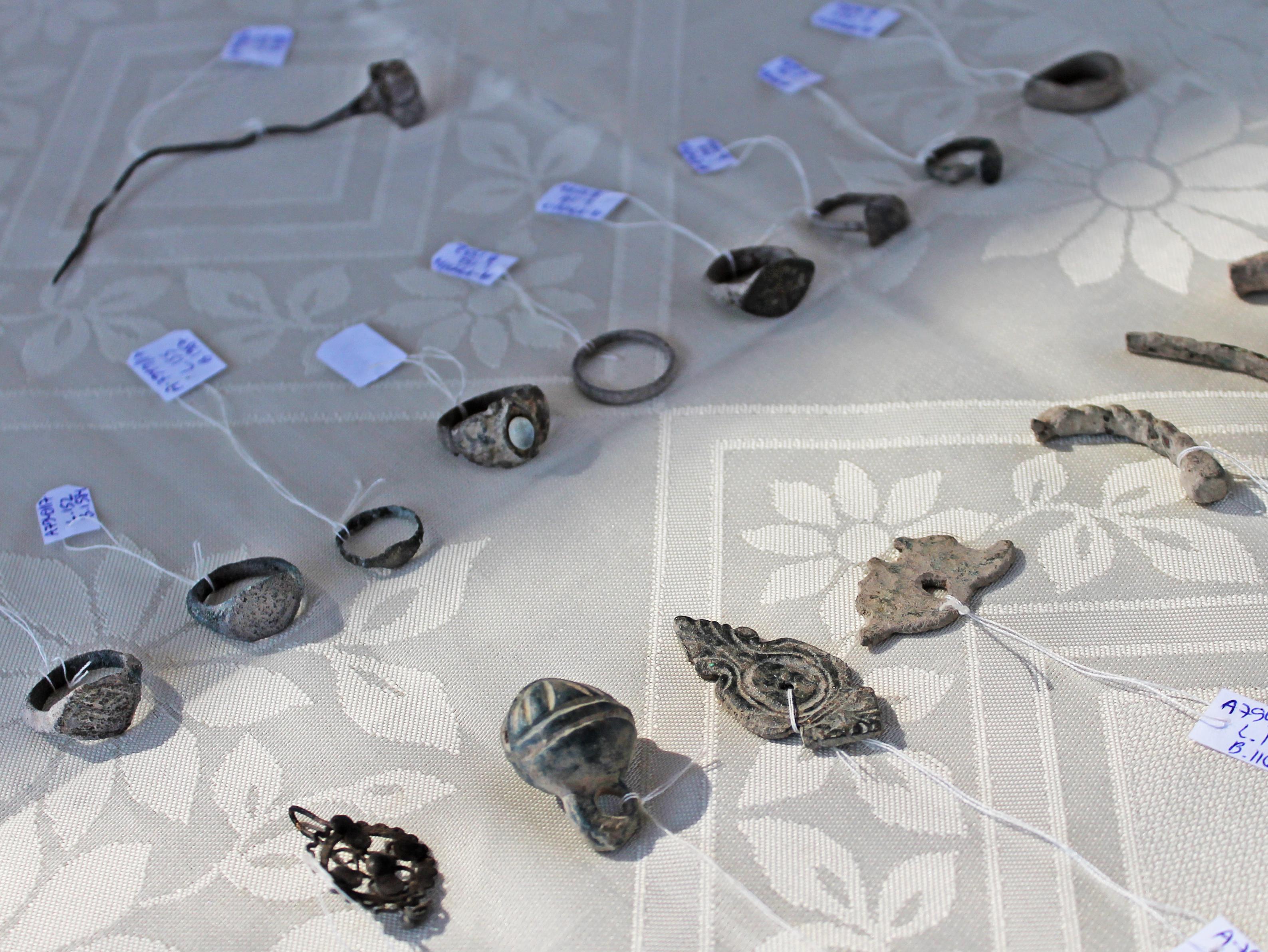 תכשיטי נשים שנמצאו במטבח המגדל הצלבני. צילום: ורד בוסידן, רשות העתיקות