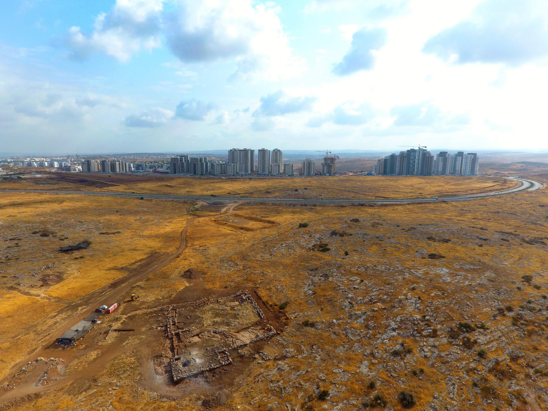 צילום אווירי של שטח החפירה. ברקע: ראש העין. יצחק מרמלשטיין
