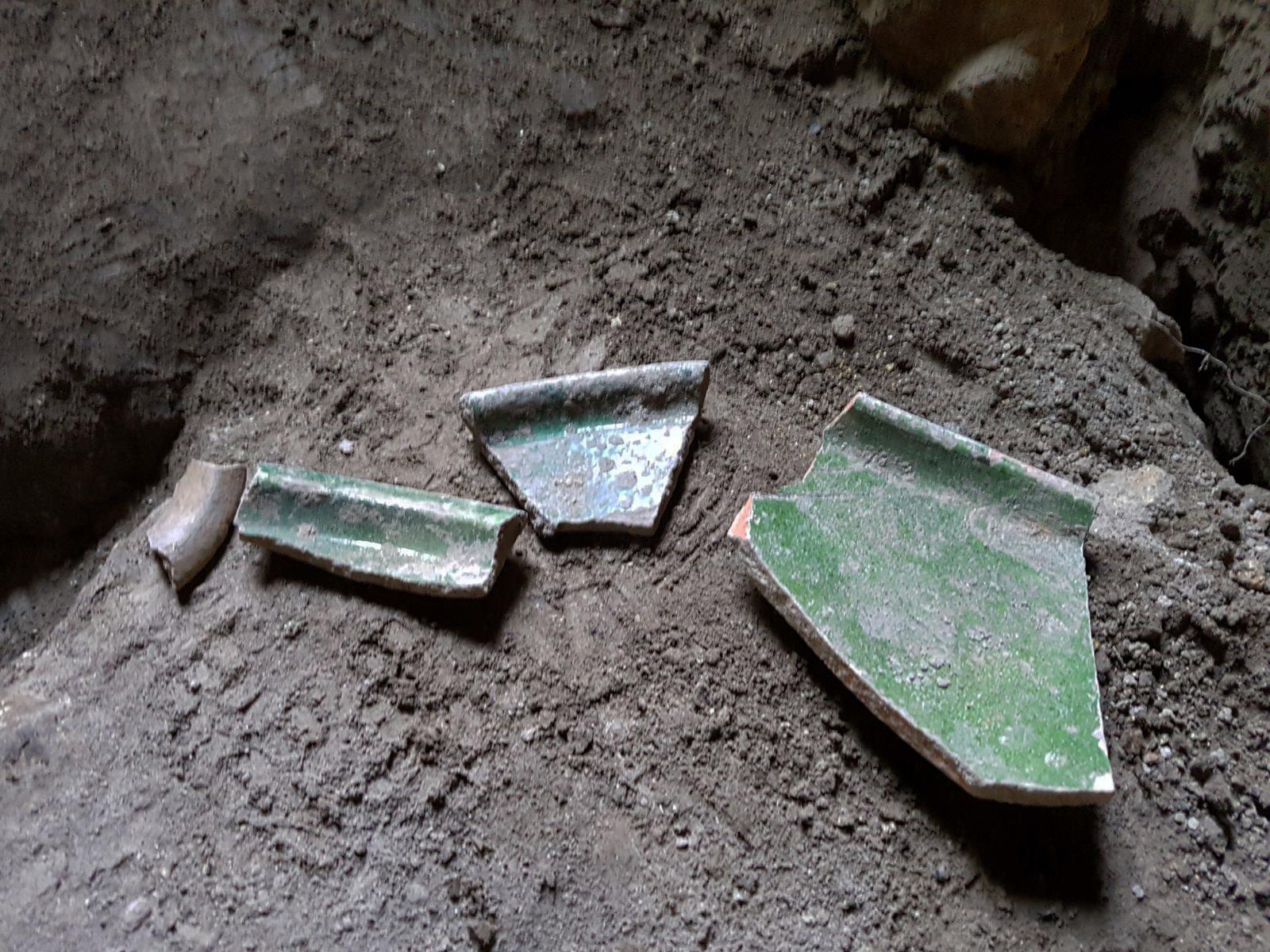 שברי כלי אגירה שניזוקו בחפירה הלא חוקית בכפר עילבון - צילום: רשות העתיקות