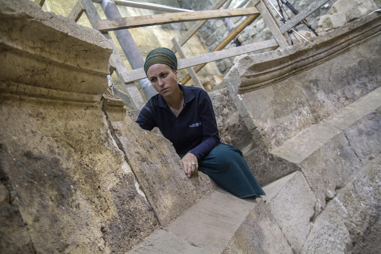 ארכיאולוגית רשות העתיקות תהילה ליברמן במבנה התיאטרון. צילום: יניב ברמן