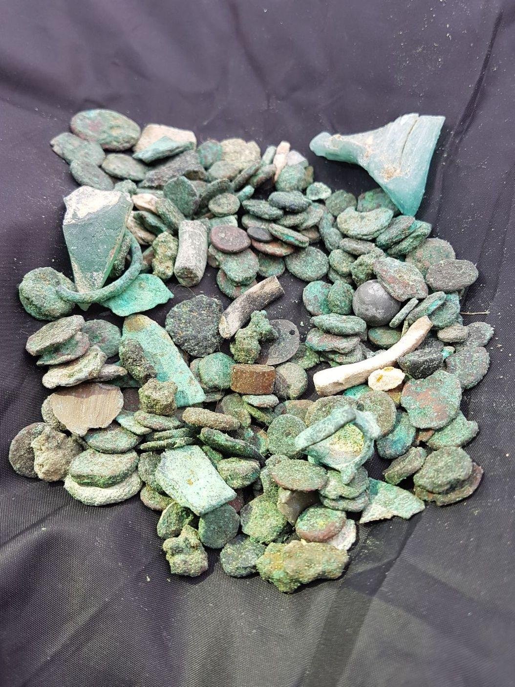 חלק מהמטבעות שנתפסו אצל החשוד - צילום: גיא פיטוסי, רשות העתיקות