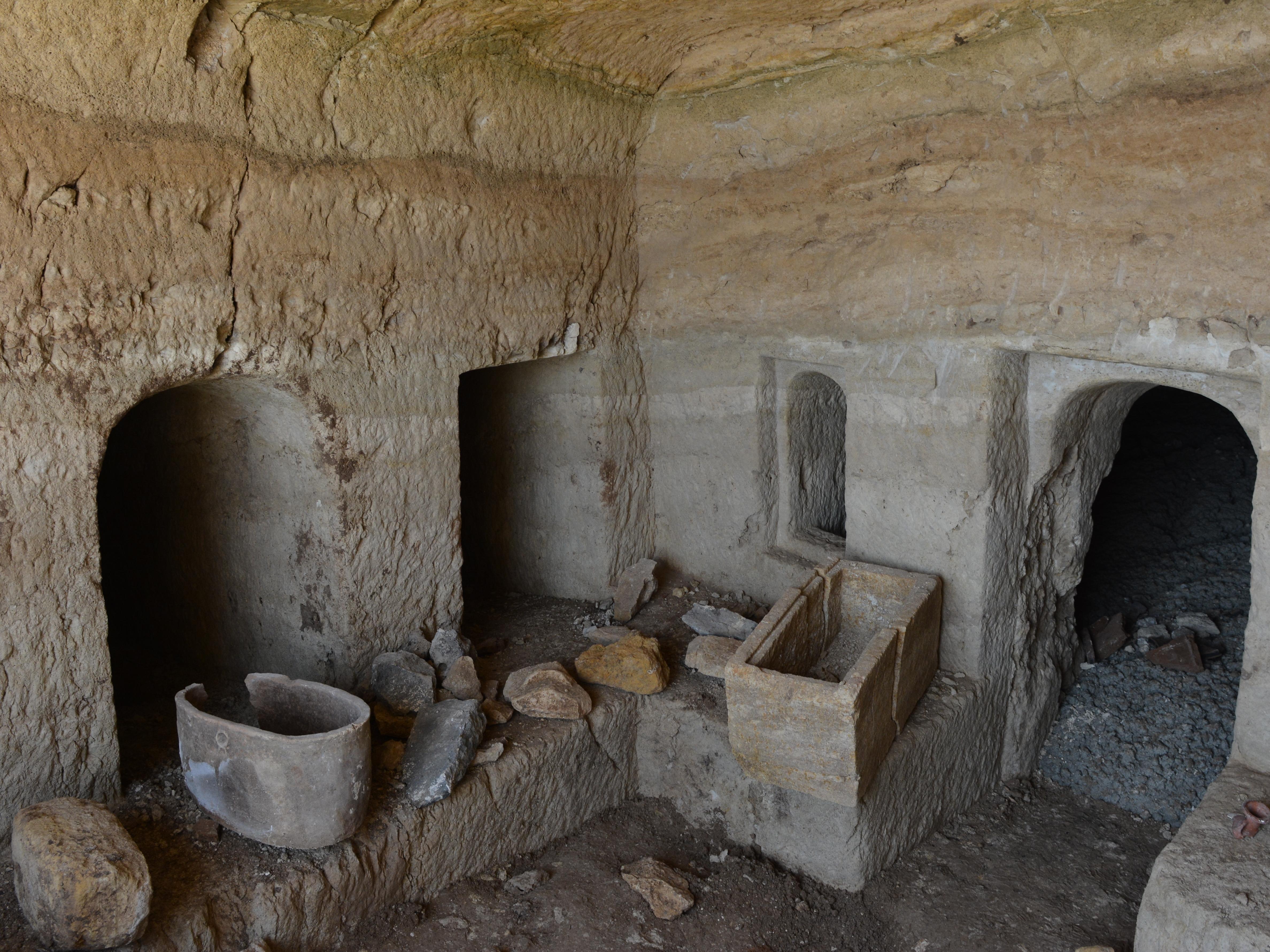 החדר המרכזי במערכת הקבורה בטבריה