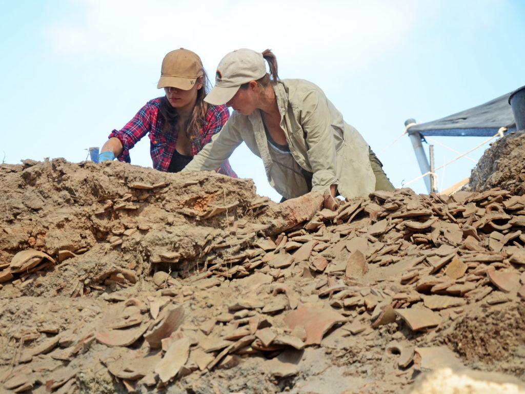 סטודנטים חושפים את ערימות החרסים. יותר מ-100,000 קנקנים פגומים הושלכו באתר במשך 600 שנה. צילום: יולי שוורץ