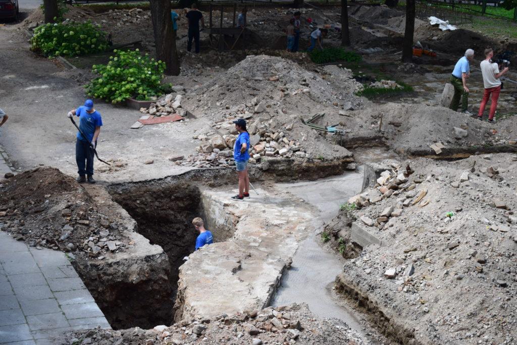 חומת בית הכנסת הגדול בוילנה כפי שהתגלתה בחפירה הארכיאולוגית