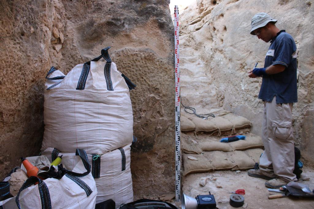 בחפירה נחשפו להם מדרגות חצובות ומטויחות אשר מובילות אל עומק מאגר המים
