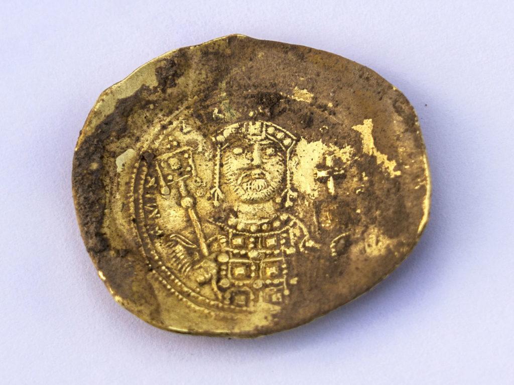 """מטבע זהב של מיכאל השביעי דוקאס, קיסר ביזנטיון (1071 – 1079 לסה""""נ). צילום: יניב ברמן"""
