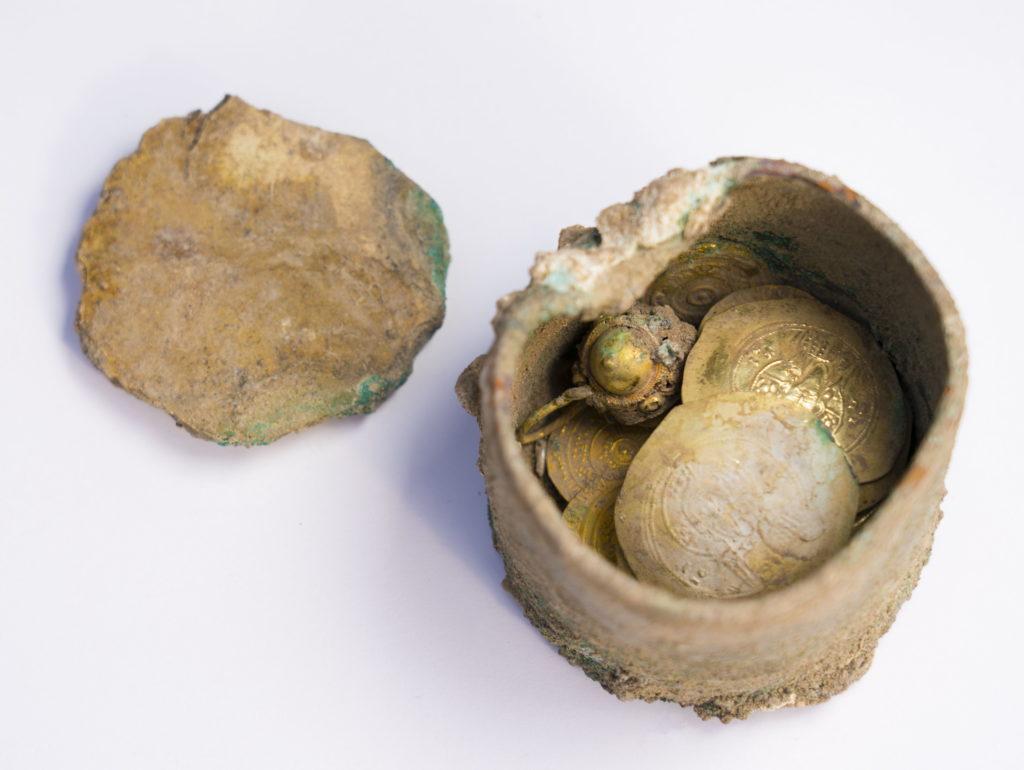 קופסת הברונזה והמטבעות והעגיל שנמצאו בתוכה. צילום: יניב ברמן