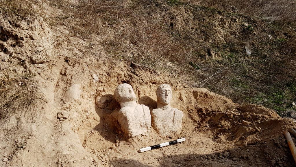 שני הפסלים שנחשפו. צילום: איתן קליין,