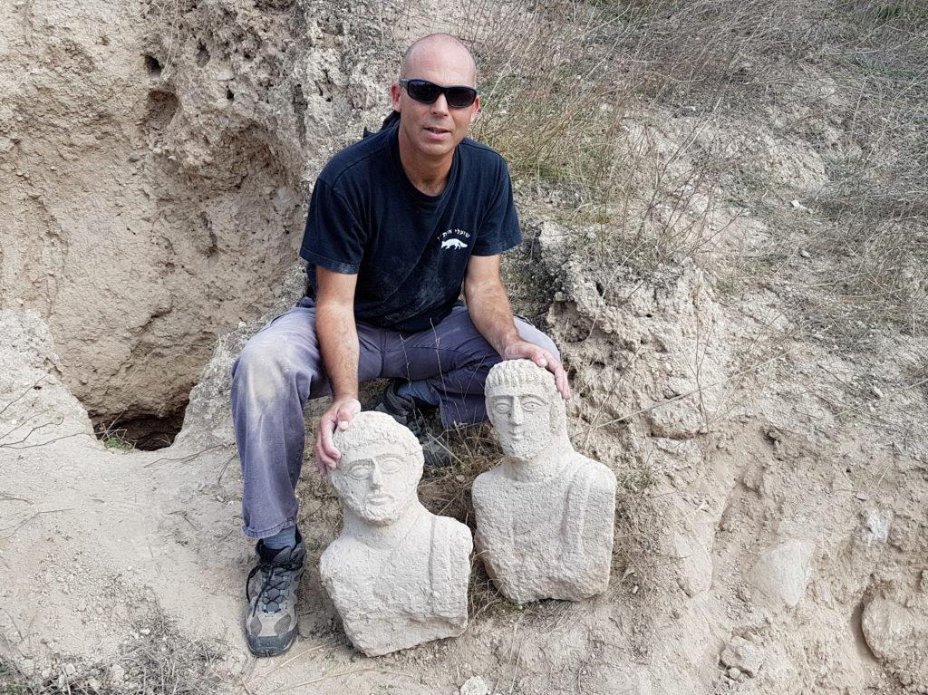 ניר דיסטלפלד, מפקח  היחידה למניעת שוד ברשות העתיקות עם הפסלים שנחשפו. צילום: איתן קליין