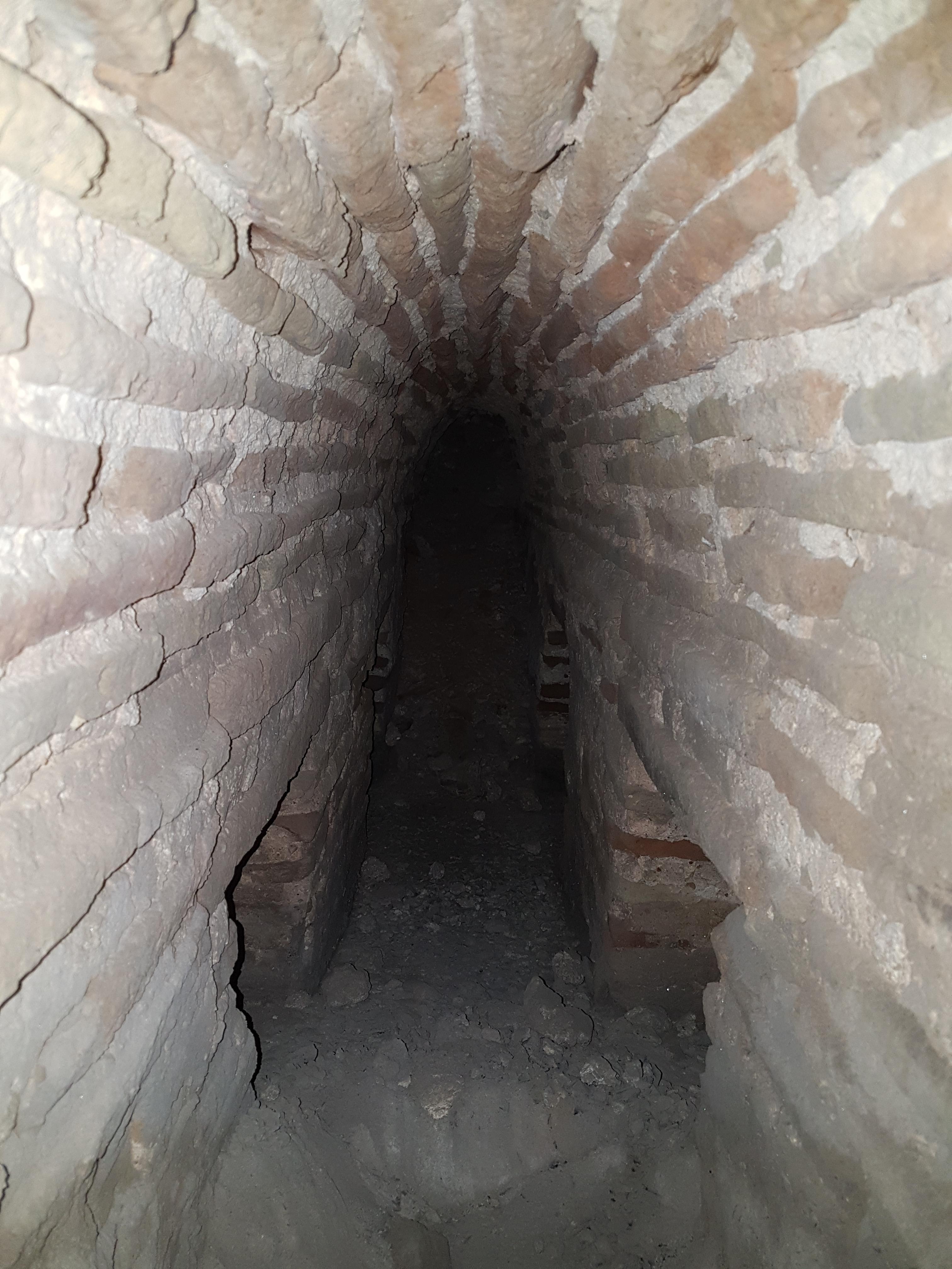 הכניסה למערכת הולכת החום התת קרקעית ששימשה את בית המרחץ. צילום: טלי גיני