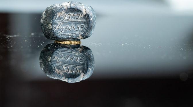 חותם אבן וטביעת חותם נושאי שמות עבריים בני 2600 שנה נמצאו בירושלים