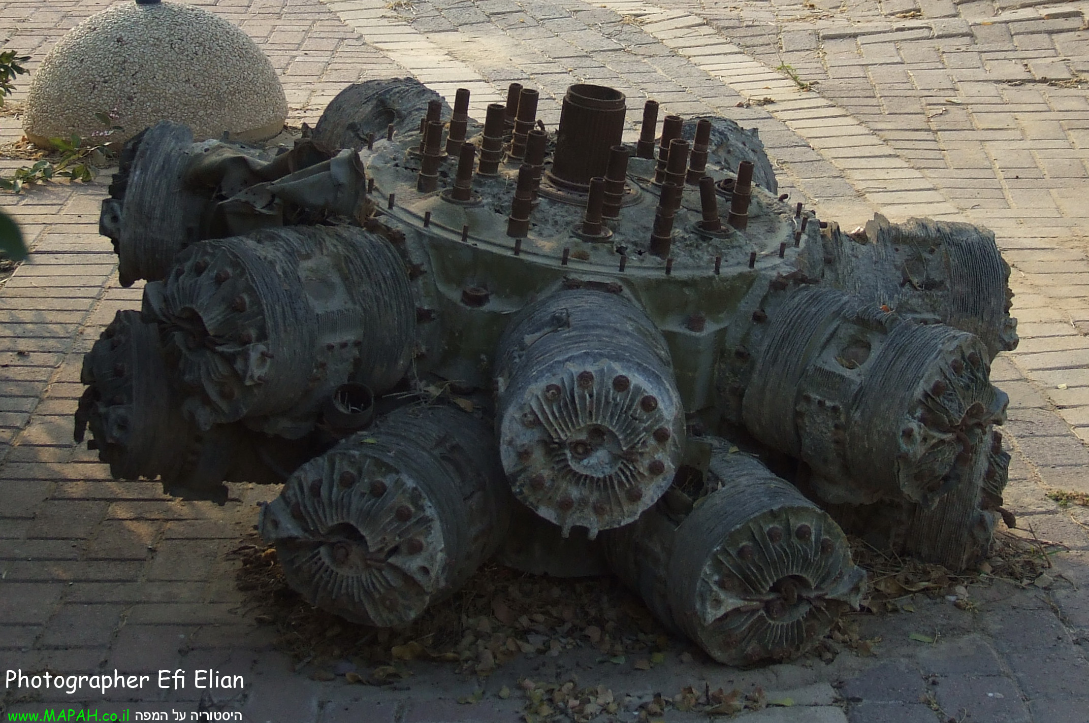שרידי מנועו של מטוס הבופייטר ד-171 שנמצאו באשדוד - צילום: אפי אליאן