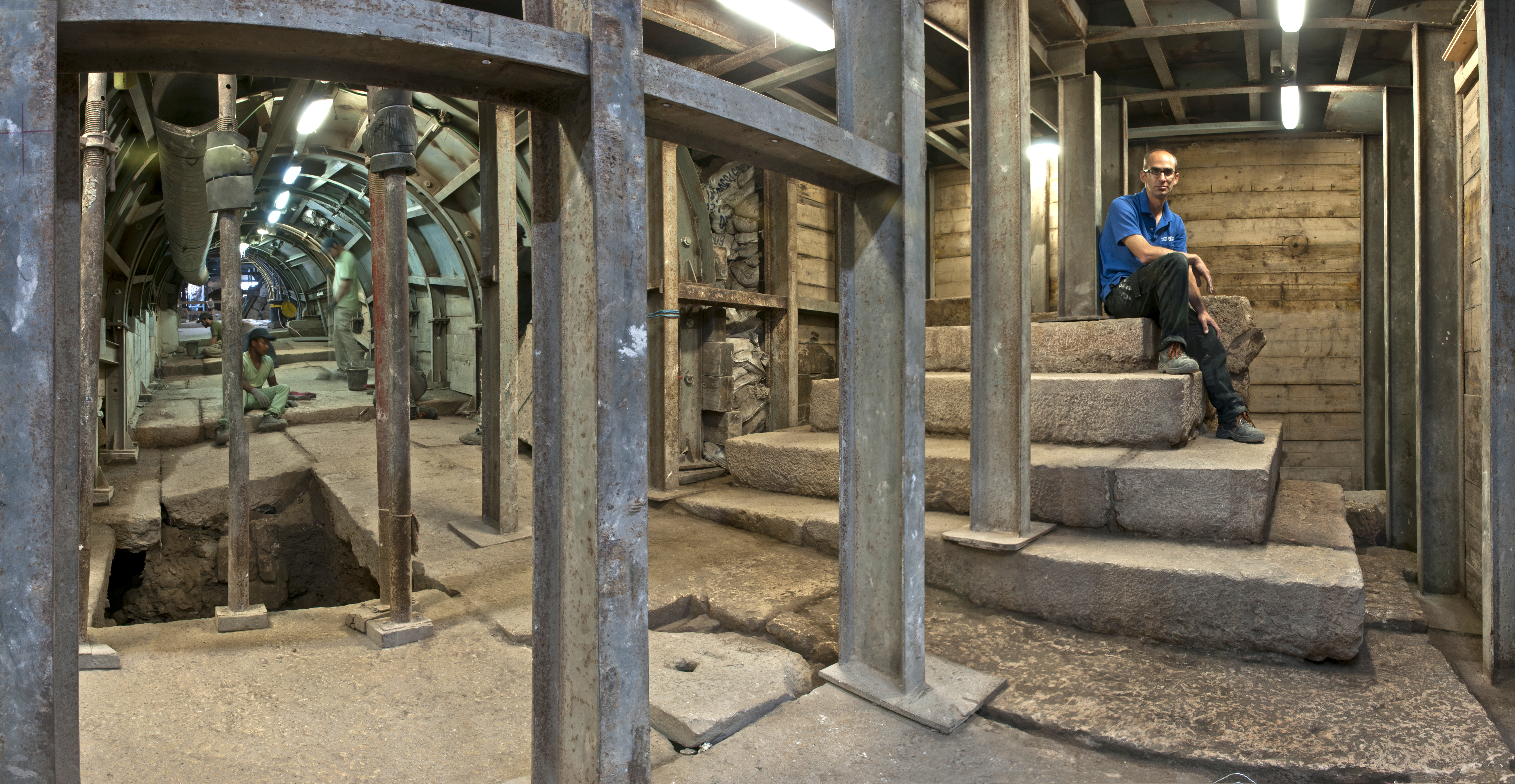 """ד""""ר ג'ו עוזיאל, ממנהלי החפירה מטעם רשות העתיקות, יושב על """"פודיום"""" - במת מדרגות ייחודית שנבנתה לצד הרחוב. צילום: שי הלוי"""