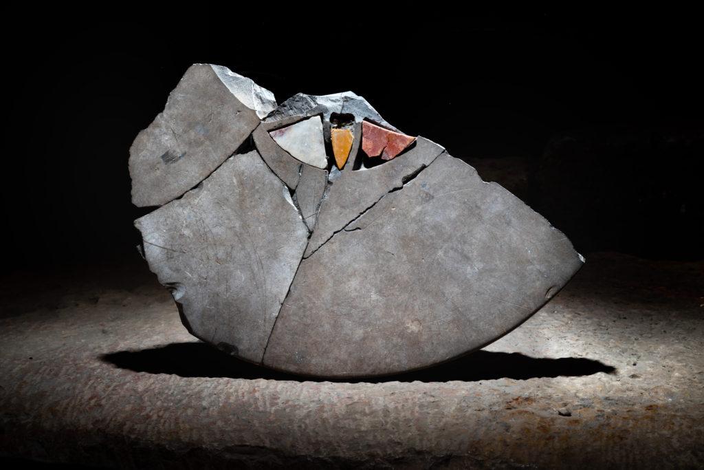 שבר שולחן משובץ באבנים צבעוניות. צילום: קובי הראתי