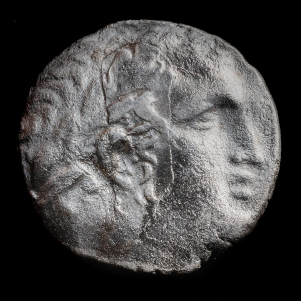 מטבע כסף, שקל צורי שנמצא בחפירות הרחוב. על המטבע דמותו של אל העיר צור, מלקרת. שימש גם לתשלום מס לבית המקדש. צילום: קובי הראתי