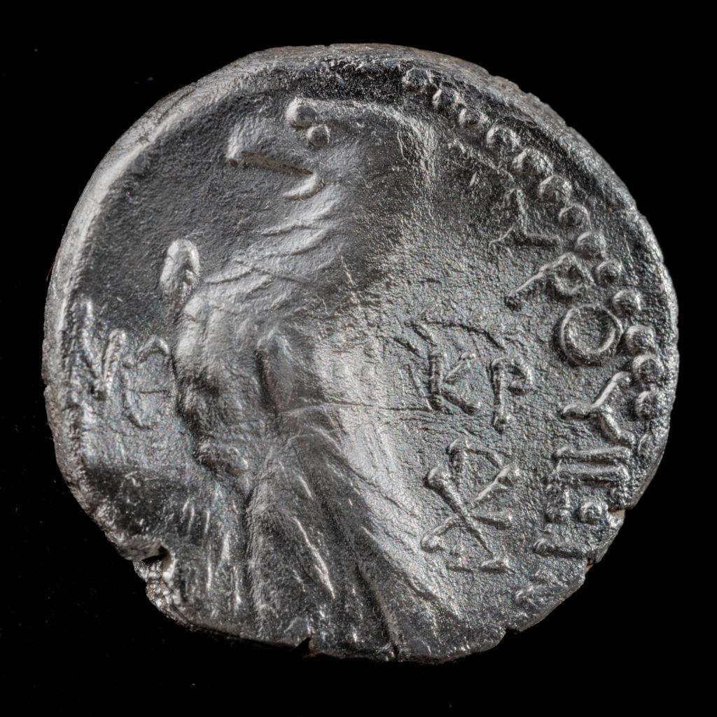 מטבע כסף, שקל צורי שנמצא בחפירות הרחוב. על המטבע מופיע עיט. צילום: קובי הראתי