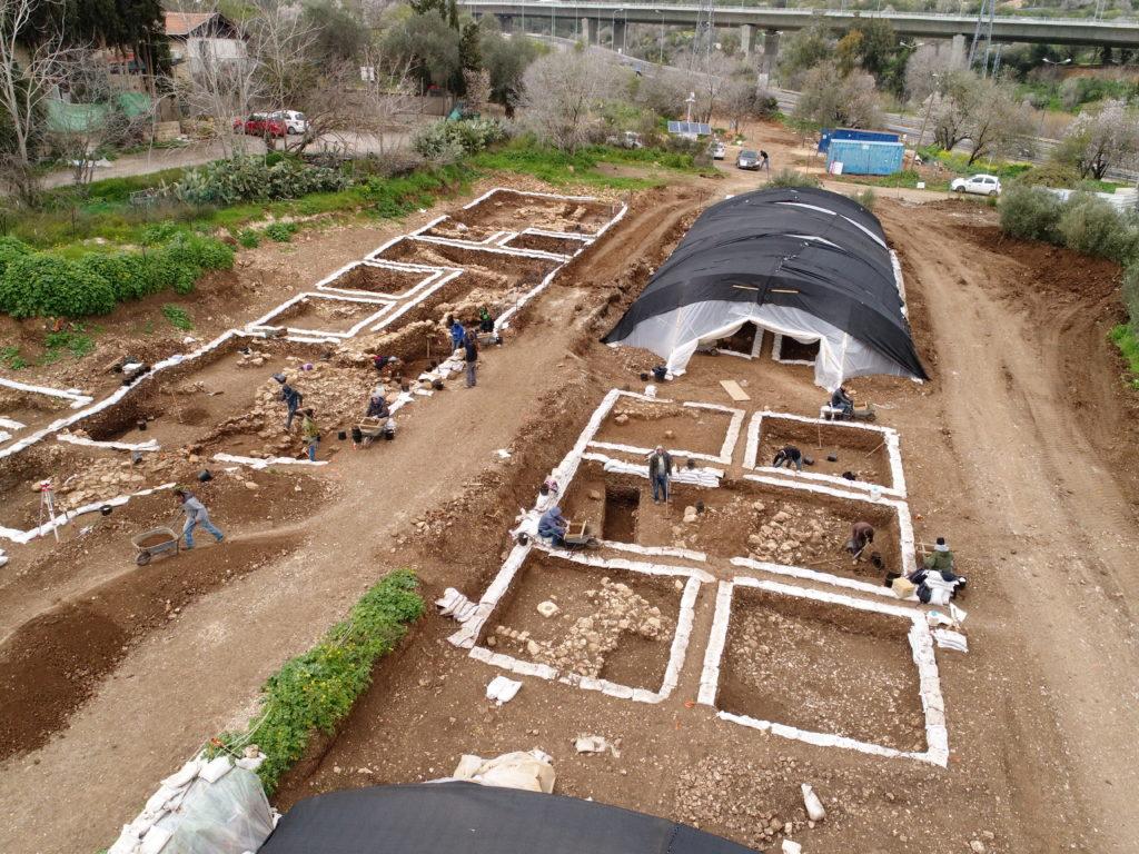 היישוב הענק מהתקופה הניאוליתית שהתגלה בחפירות הארכיאולוגיות של רשות העתיקות. צילום אווירי: איל מרקו