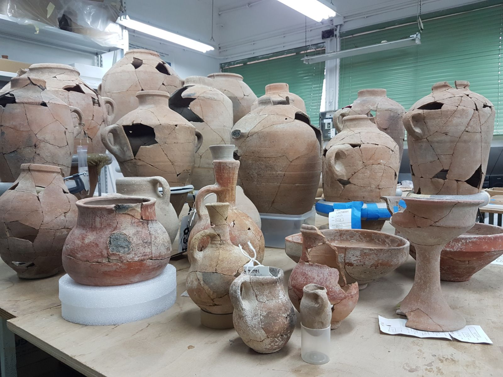 הכלים שנחשפו בחפירות באתר הקדום צקלג צילום-משלחת החפירות לחורבת אל-רעי