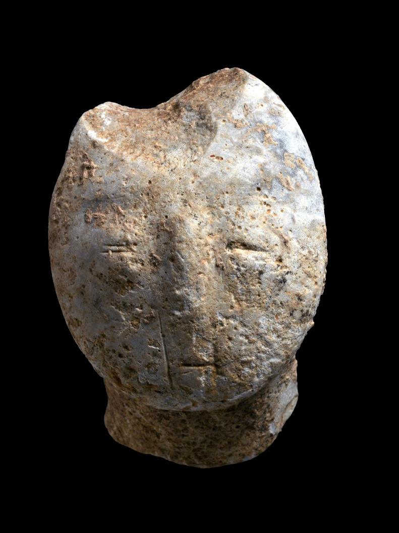 צלמית (פסלון) בת 9,000 שנה. מתארת פני אדם. צילום: קלרה עמית