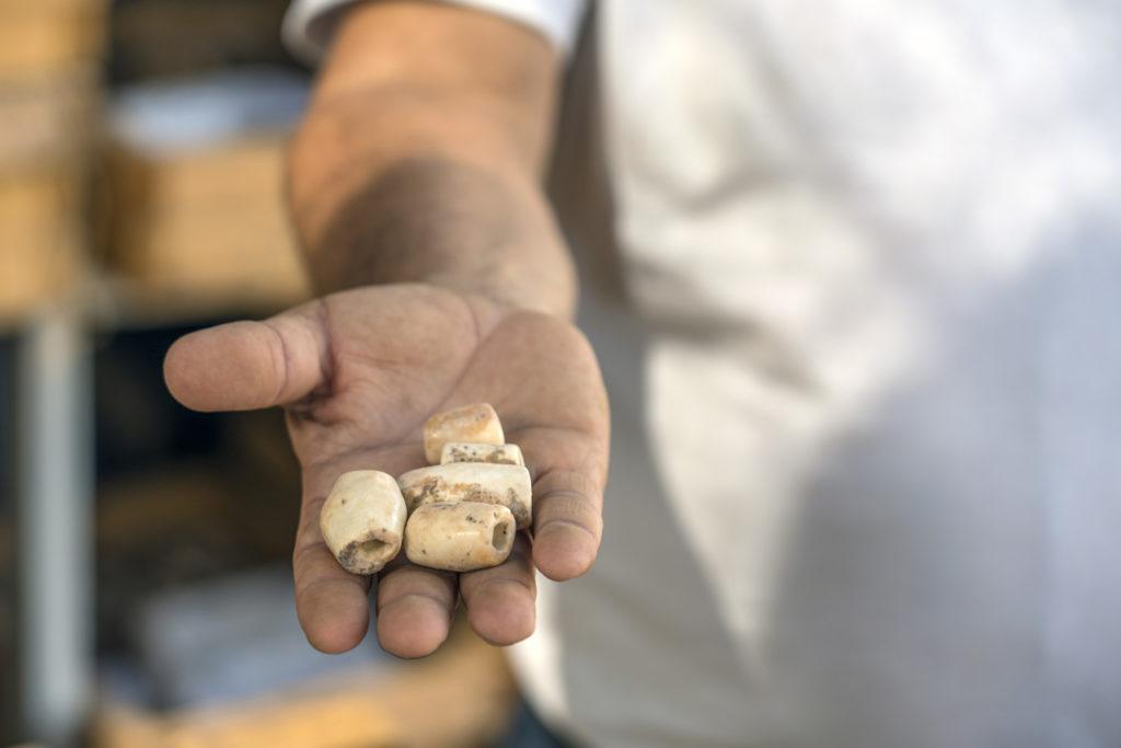חרוזים עשויים אובסידיאן. צילום: יניב ברמן