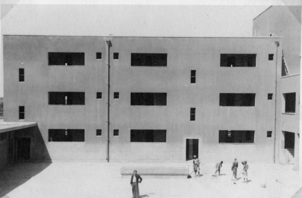 הצד הפנימי של הקיר המוצג בתמונה הקודמת והחצר הפנימית - מקור: ארכיון המדינה
