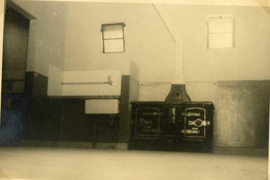 חדר רחצה המכיל מתקן הסקה וברז מים - משטרת חברון - צילום: ארכיון המדינה