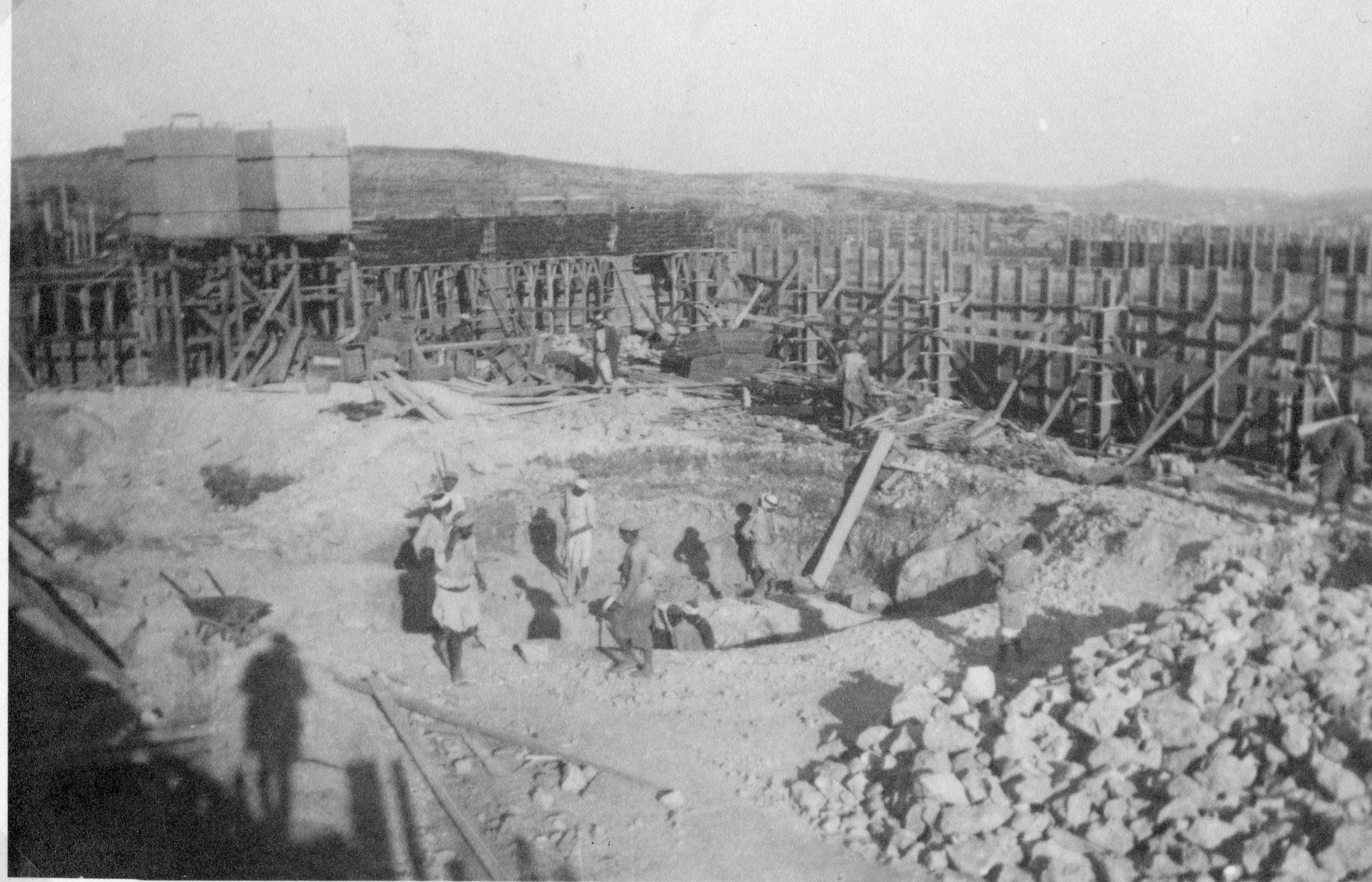 בניית יסודות תחנת המשטרה בחברון - מצודת טיגארט - מקור: ארכיון המדינה