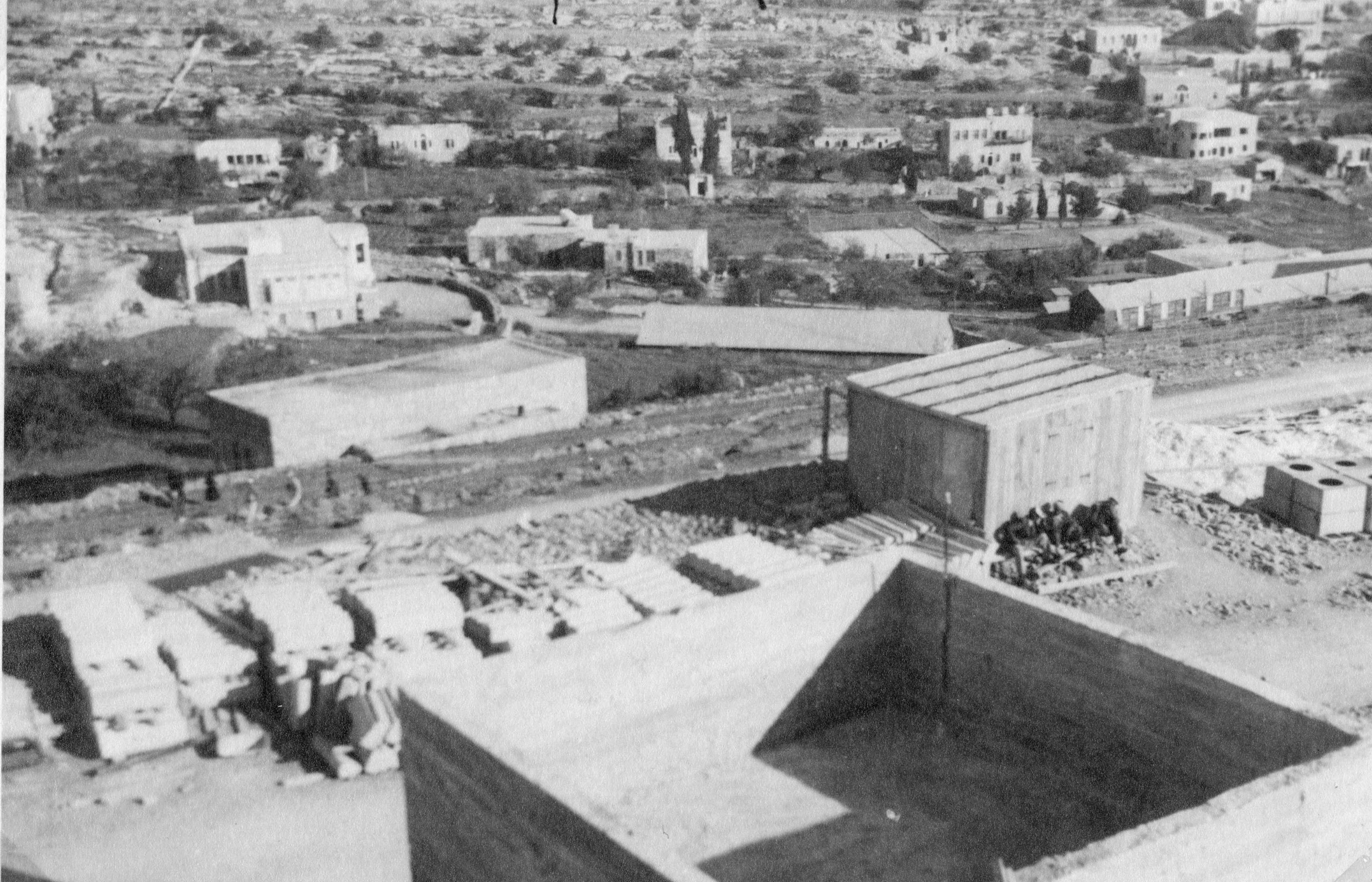 מבט מאחד ממגדלי מבנה משטרת חברון לעבר היישוב חברון בשנות השלושים - מקור: ארכיון המדינה