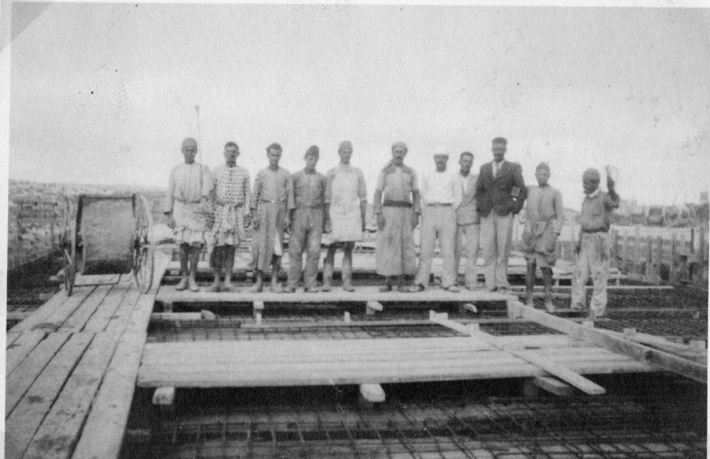 מבקרים על גג תחנת משטרת חברון הנבנית - מקור: ארכיון המדינה