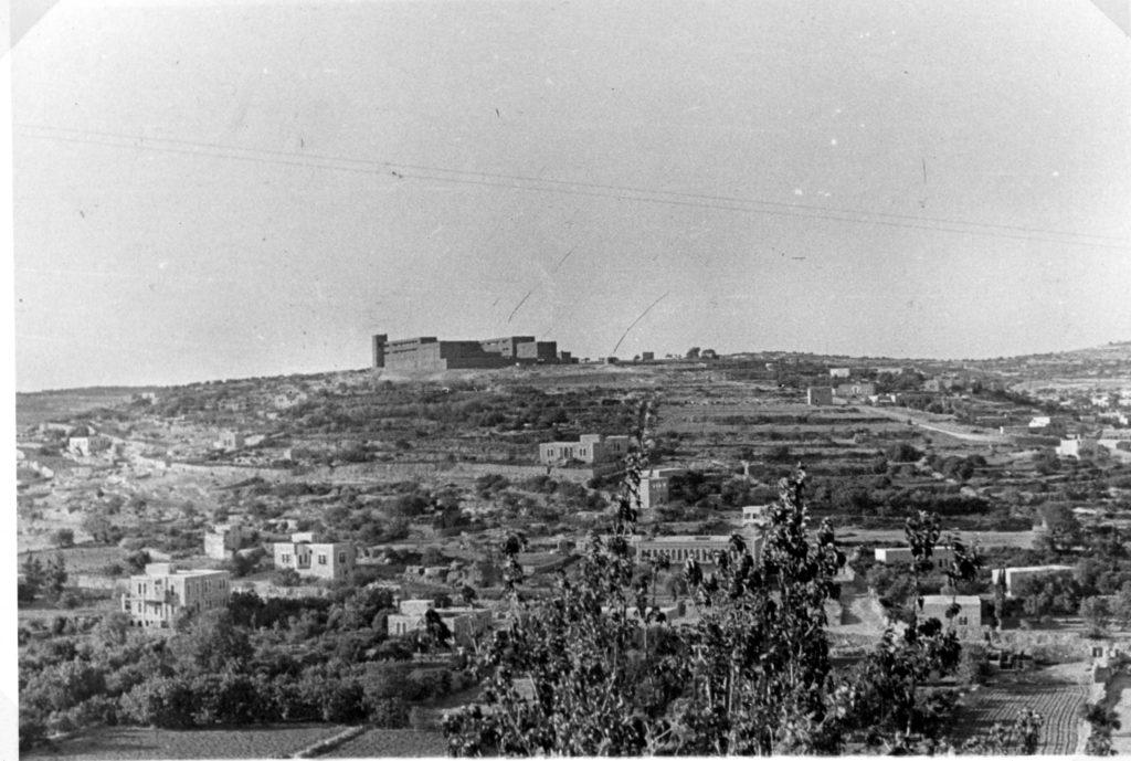 מבנה משטרת חברון על ראש הגבעה - צילום מ-1941 - מקור: ארכיון המדינה