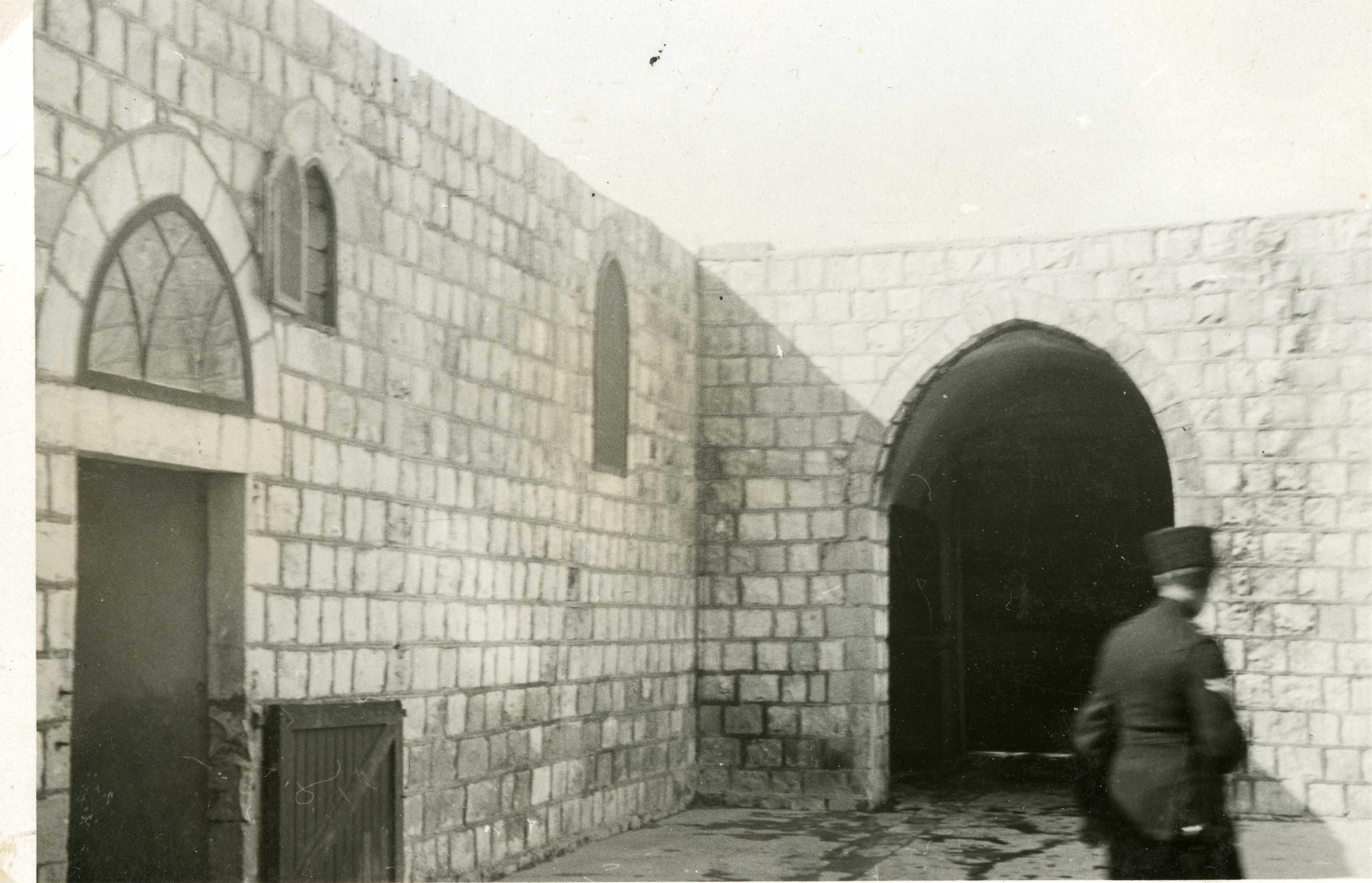 צילום מתוך החצר הפנימית של בניין משטרת ג'יפתליק - מקור: ארכיון המדינה