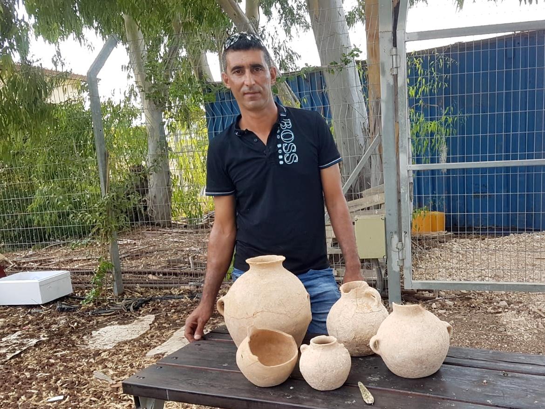 אחמד נסאר יאסין והכלים שמצא בעראבה - צילום: ניר דיסטלפלד