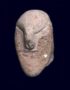 צלמית ראש אדם מלפני 5,000 שנה. צילום סטודיו: קלרה עמית