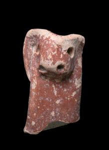 """פסלונים בני אלפי שנים שנמצאו בחפירה. צילום"""" קלרה עמית"""