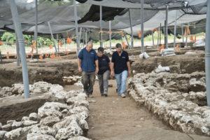 """מימין לשמאל: איתי אלעד, ד""""ר דינה שלם וד""""ר יצחק פז, מנהלי החפירה, בסימטת רחוב בן 5,000 שנה. צילום: יולי שוורץ"""