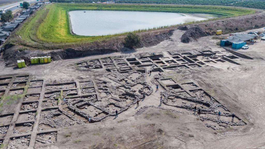 האתר הארכיאולוגי שנחשף בעין אסור - צילום: צילומים אוויריים של אתר החפירות. צילום: אסף פרץ