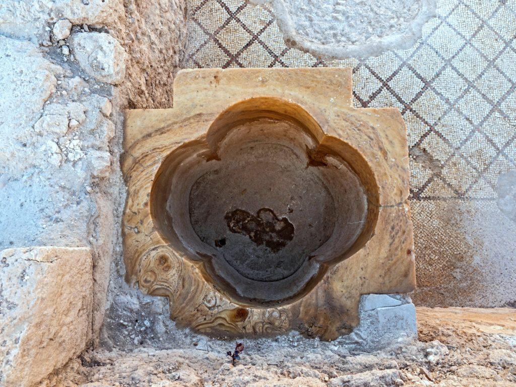 אגן טבילה בצורת צלב. היחיד המוכר מסוגו