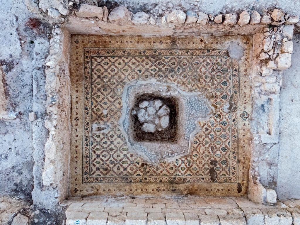 פסיפסים שנחשפו ברצפת הכנסיה. צילום: אסף פרץ