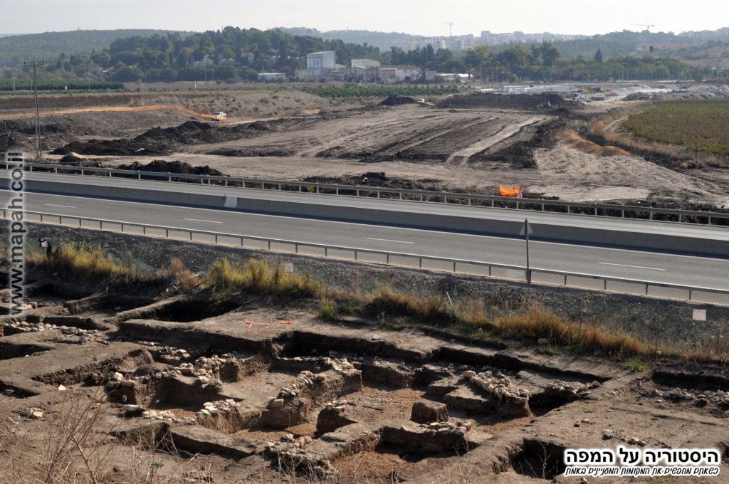 הצד המזרחי , כביש 65 ומעבר לו שטחים שנחפרו זה מכבר וכוסו