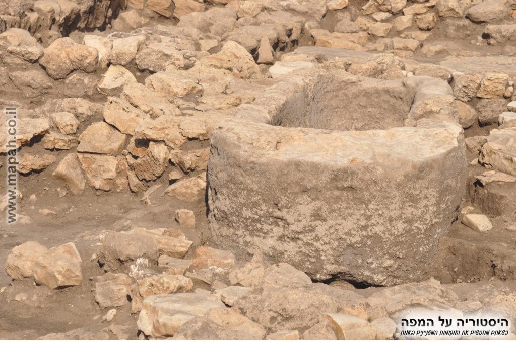 """אגן חצוב מאבן אחת ב""""מקדש"""" מונולית"""