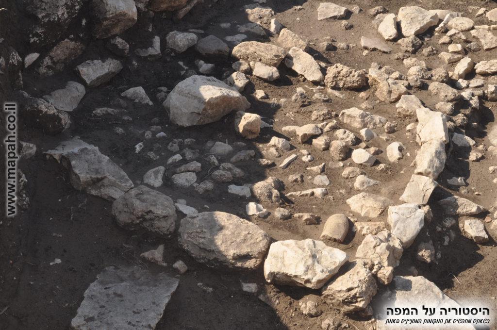 שרידי מבנה בסמוך למקדש בעין אסור