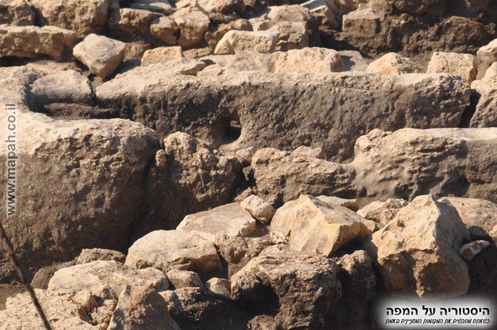 ניקוז במונולית - אגן חצוב מאבן אחת בעין אסור
