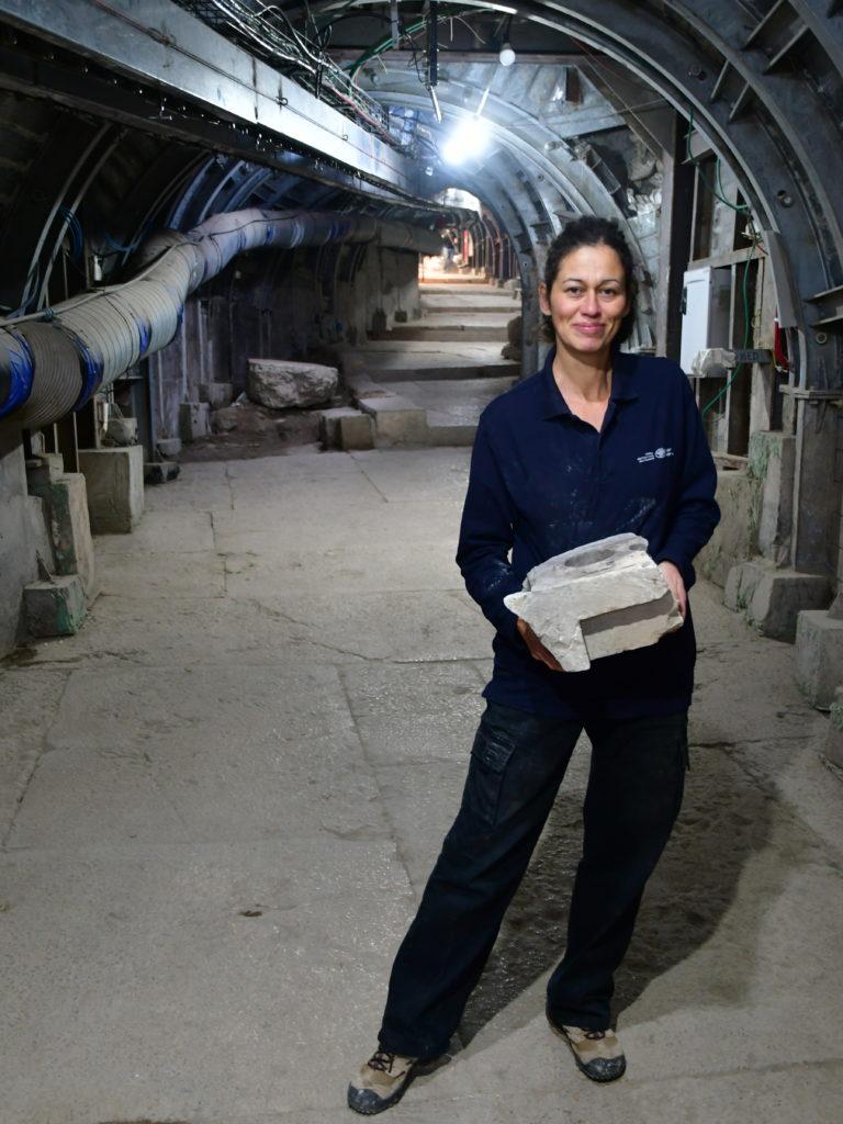 הלן מכלין, ארכיאולוגית רשות העתיקות, עם שבר השולחן. צילום: ארי לוי
