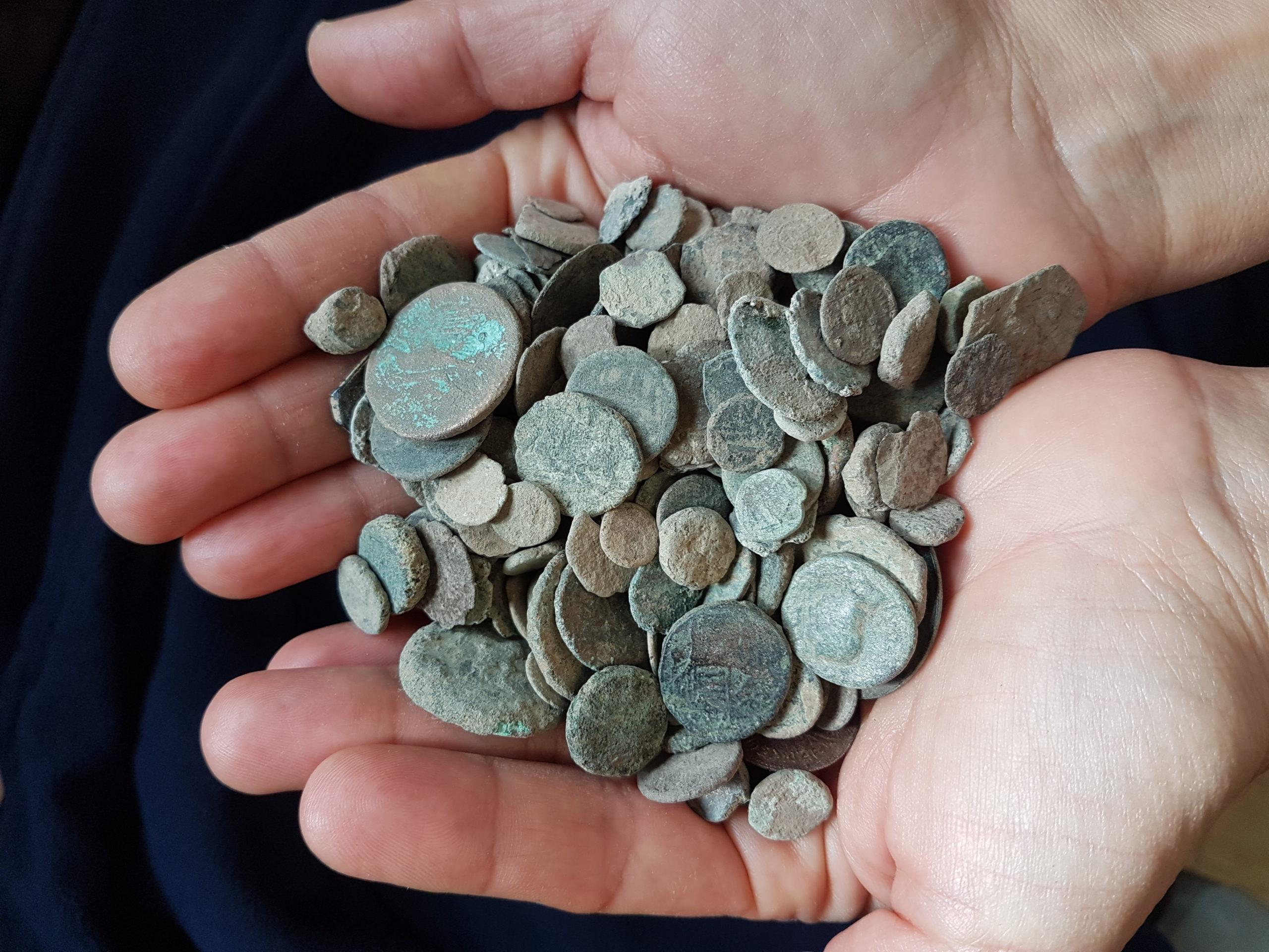 מטבעות גנובים - צילום-ירון ביבס רשות העתיקות