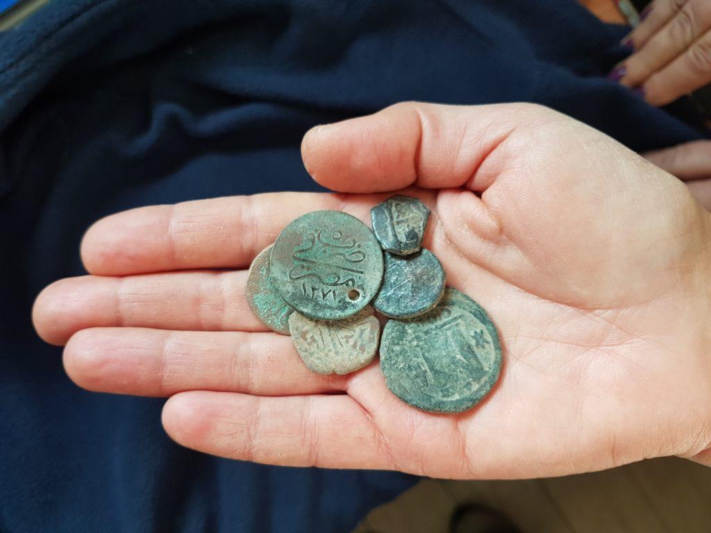 המטבעות הגנובים - צילומים: ירון ביבס, רשות העתיקות