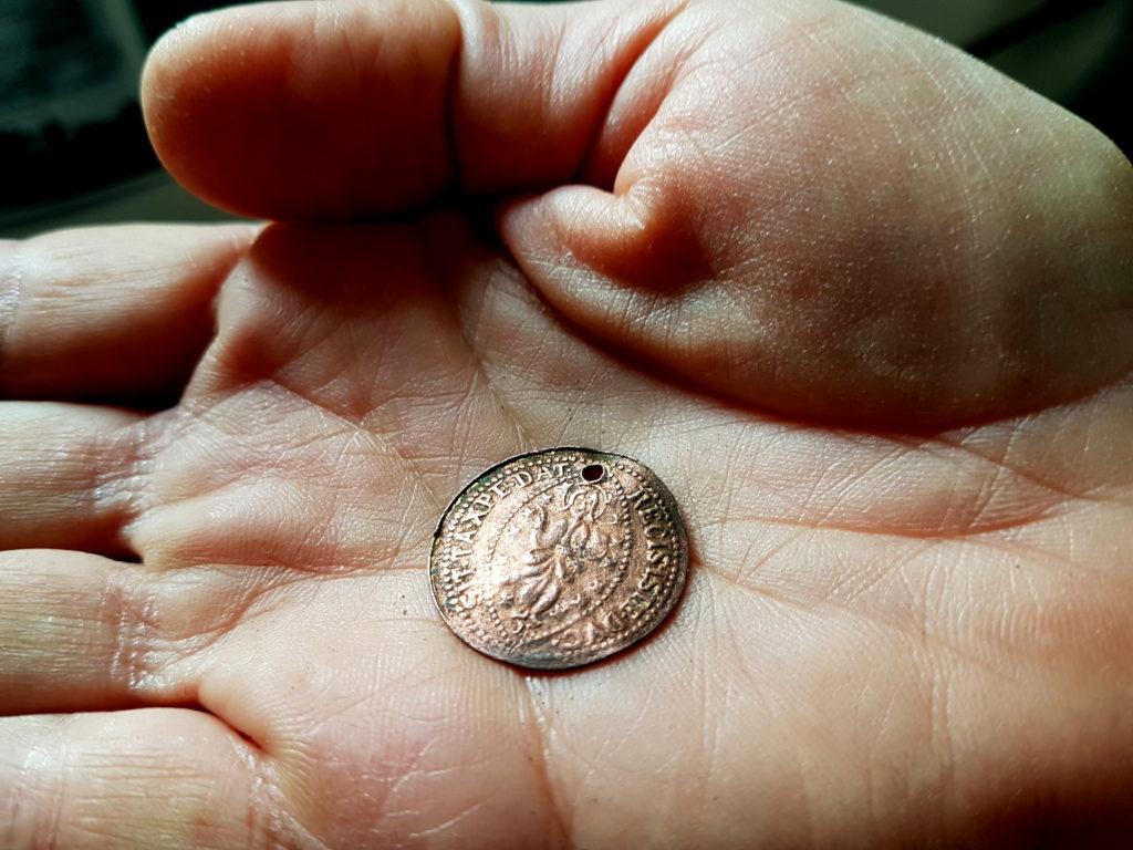 מהמטבעות שנמצאו ברשות החשוד - צילום-ירון ביבס רשות העתיקות