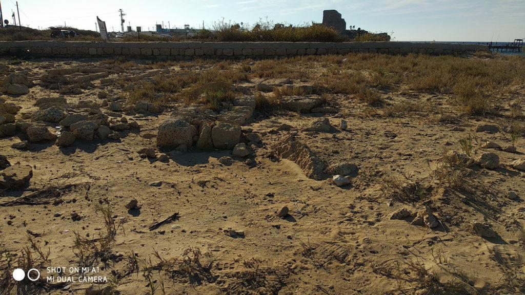החומה המערבית של בית הקברות הצלבני - צילום: אפי אליאן