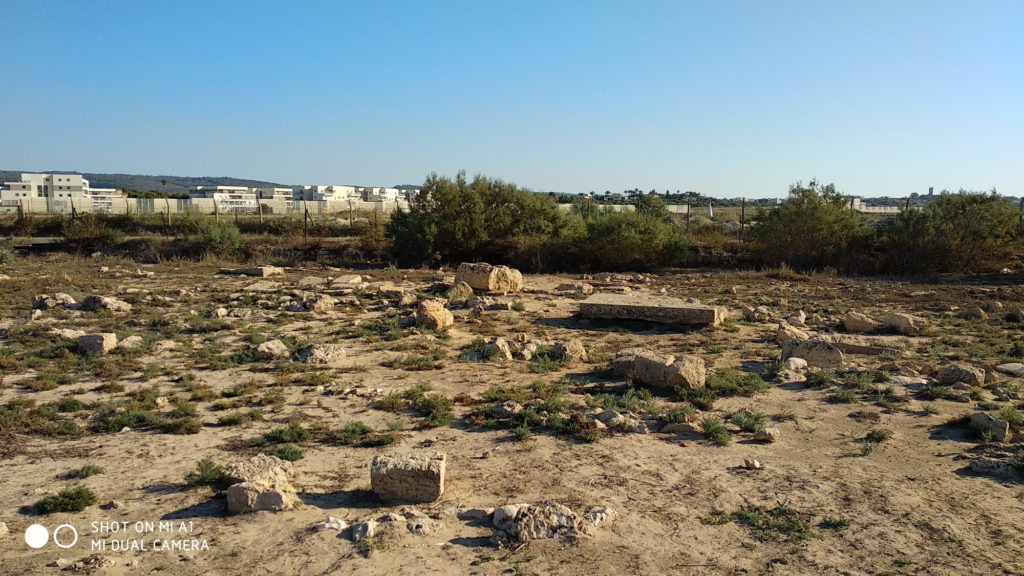 החומה הדרומית של בית הקברות הצלבני - צילום: אפי אליאן