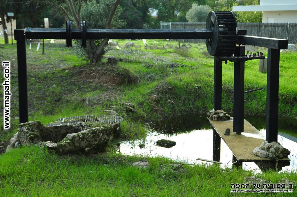 מתקן משוחזר מעל באר מים עתיקה בתל כפר סבא - צילום: אפי אליאן